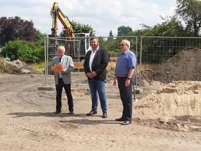 v.l.n.r.: Landrat Jürgen Dannenberg, Bürgermeister Enrico Schilling und Schulleiter Roland Franke