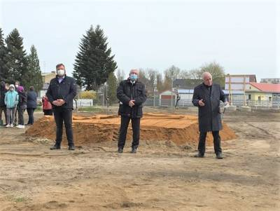 v.r.n.l.: Landrat Jürgen Dannenberg, Schulleiter Torsten Kunze, Bürgermeister Enrico Schilling