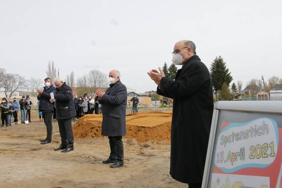 v.r.n.l.: CDU-Landtagsabgeordn. Siegfried Borgwardt, Landrat Jürgen Dannenberg, Schulleiter Torsten Kunze und Bürgermeister Enrico Schilling