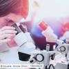 Frau am Mikroskop im Labor