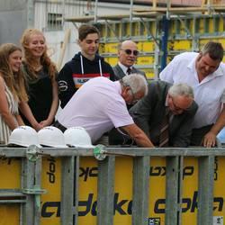 Landrat Jürgen Dannenberg und Schulleiter Roland Franke beim Einbau eines Kassibers mit Zeitdokumenten