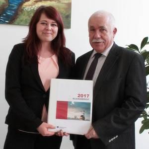 Präsentation Bildungsbericht von Anne Randow und Landrat Jürgen Dannenberg