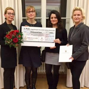 Projektteam von Mein Chance und Beteiligte zeigen ihre Auszeichnung