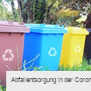 Aufgereihte Mülltonnen