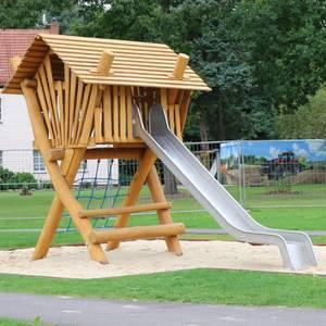 Spielplatz mit Spielhaus und Rutsche