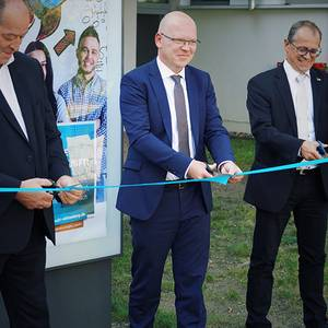 Dr. Jörg Hartmann, Torsten Narr und Steffen Rotte eröffnen die Jugendberufsagentur Job. Läuft. Wittenberg