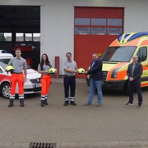 Nils Huber, Abteilungsleiter Brand- und Katastrophenschutz, übergibt Helm an Leiter der SEG Behandlung und Transport, Kai Mattusch
