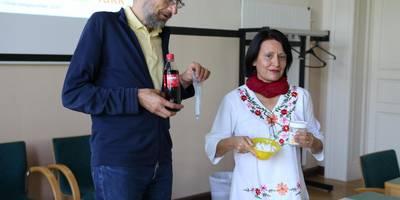Amtsarzt Dr. Michael Hable und Schulzahnärztin Alma Bartlick werben für eine kontinuierliche Zahnpflege besonders im Schulalter     Foto Gauert