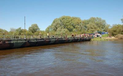 Das Einschwimmen und der erste Probeaufbau der Pontonbrücke ist geglückt.