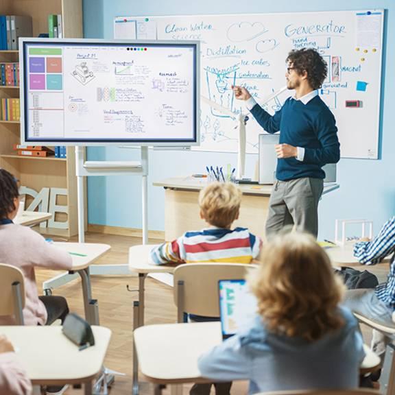 Schüler*innen lernen im Unterricht